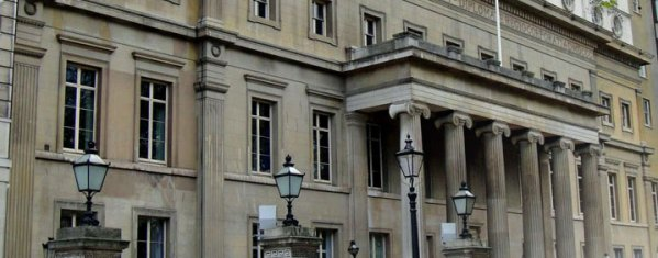 Outside of the Royal College of Surgeons. Image taken from http://nobelbiocare-eyearcourse.com/fgdp.html.